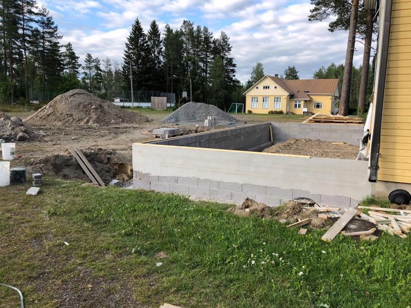Perhon Oksakosken koulun liikuntasalia laajennettiin näyttämöllä. Työmaa heinäkuussa 2018.