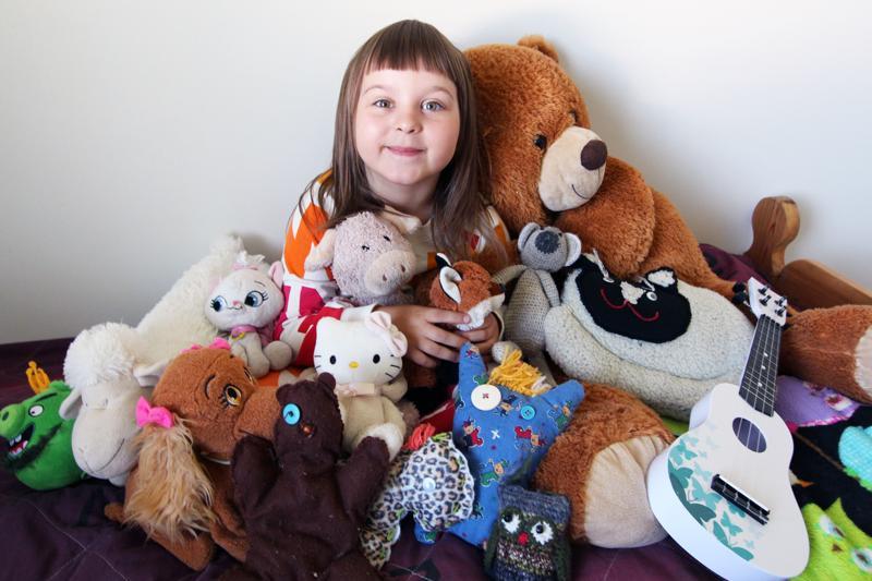 Lotta Koutonen rakastaa pehmolelujaan. Kuvaan pääsivät muun muassa Masa, Karkki-karhu, Lucy, Mutaparta, Laku-lammas, Possu ja Tsuppa-kettu.