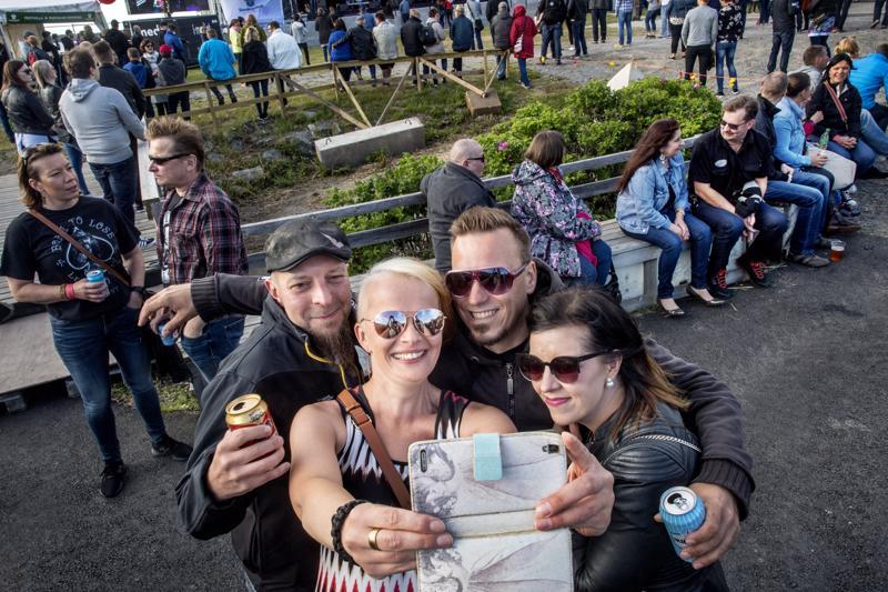 Jarmo Ojala (vas.), Katariina Kalliokoski, Jussi Hautasaari ja Maria Järvinen päättivät ottaa yhteiskuvan.