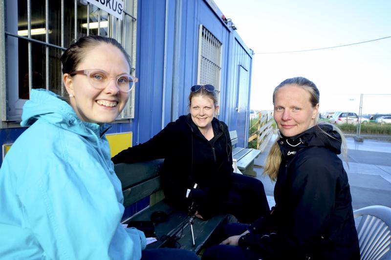 Suviseurojen erikoisjakso nauhoitettiin mediakeskuksen edustalla, lähellä seurakenttää. Kuvassa Saana Klemola, Sanni Aho ja haastateltava Saila Sutinen.