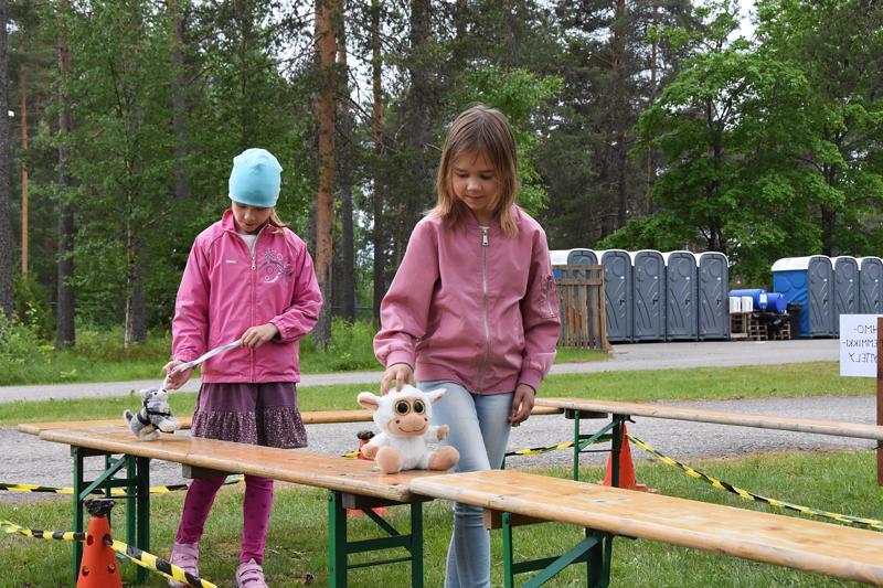 Iina Laakkonen (oik.) ja Saana Haavisto osallistuivat pehmolemmikkinäyttelyyn Lampin ja Lunan kanssa.