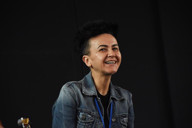 Amira Medunjanin esittää vanhaa bosnialaista perinnemusiikkia.