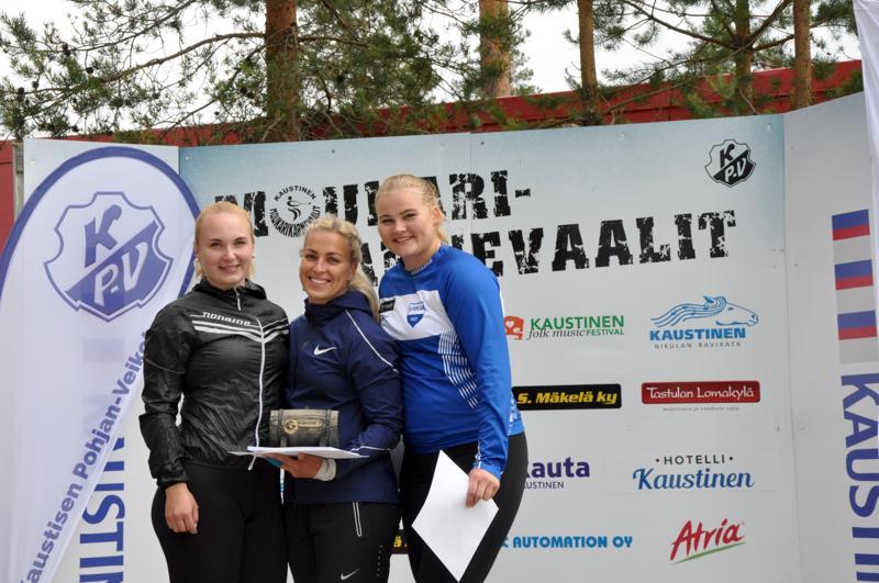 Inga Linna, Kati Ojaloo ja Sara Killinen olivat Kaustisen Moukarikarnevaaleilla naisten kärkikolmikko.
