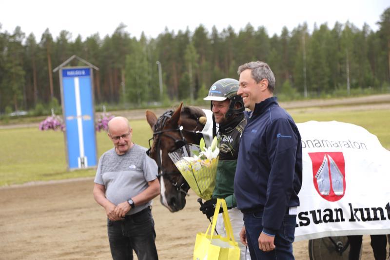 Halsuan kunnan Miljoonamaraton oli Juha-Matti Paavolan ohjastaman Metkutuksen näytöstä. Haluan kunnan edustajat Timo Pärkkä ja Veli-Matti Hotakainen palkitsivat voittajan.