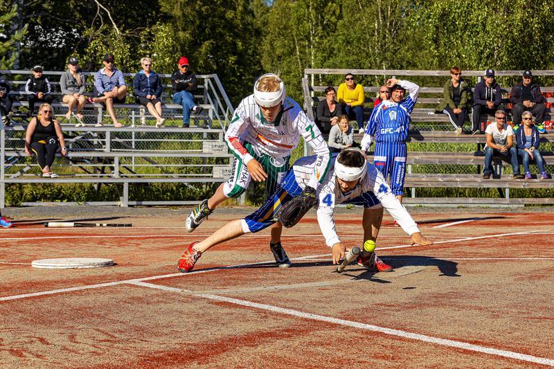Tuomo Hyvärinen pelaa jokaisen tilanteen loppuun asti täydellä sydämellä. Kärsämäen Katajan lukkarina Kai Korkeakoski.
