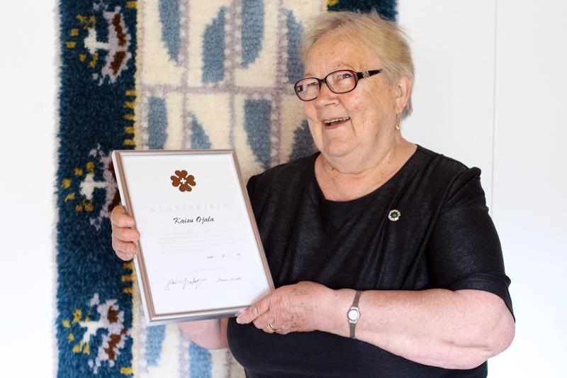 Kaisu Ojala osaa arvostaa Reumaliiton hopeista ansiomerkkiä. Se on tunnustus siitä vapaaehtoistyöstä, jota hän on vuosien saatossa tehnyt Kalajoen reumayhdistyksen hyväksi.