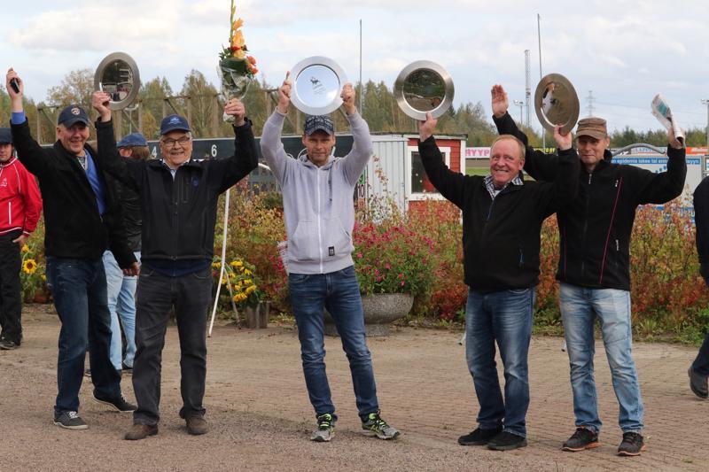 Team Arat Kaustiselta omistaa Isla-ajon kuumimpiin suosikeihin kuuluvan Rose's Taran. Arkistokuvassa Team Arat Villinmiehen Tammakilivan voittajaseremonioissa.