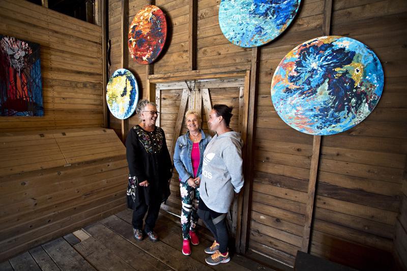Else Takkunen, Hilkka Isokääntä ja Rosa Pisilä pystyttivät Sarman yhteisnäyttelyn Havulan piharakennukseen heinäkuun ajaksi.