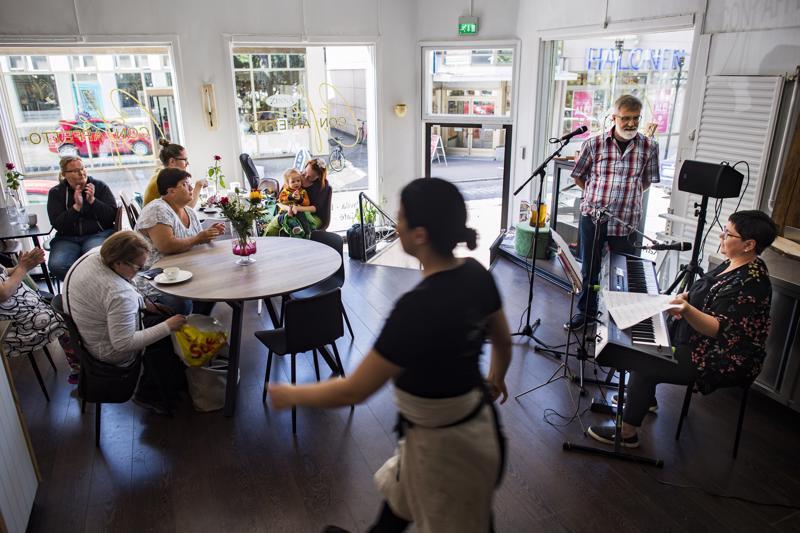 Kimmo Järvelä ja Pia Järvi (oik.) esiintyivät tiistaina Rakkaus ja Runo kahvilla -tilaisuudessa kahvila Con Affettossa.