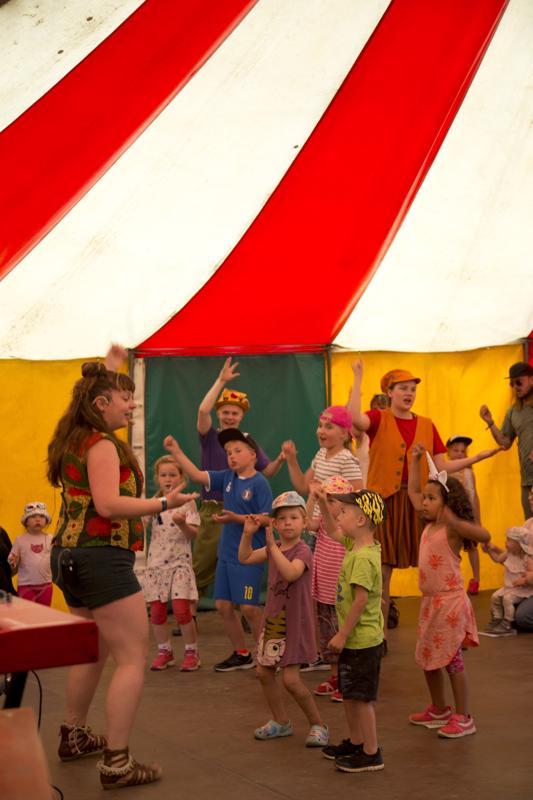 Tradilintujen kanssa ei ole ikävää. Kaikki saavat laulaa ja soittaa tanssista puhumattakaan.