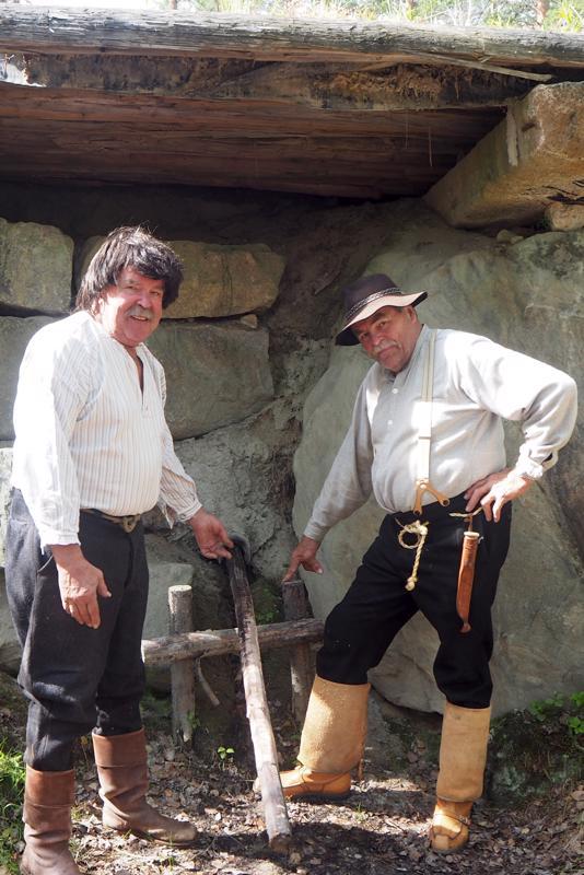 """""""Renki"""" Carl-Otto Slotte ja tervamestari Ole Brännkärr näyttävät mistä valmis terva juoksutetaan pois."""