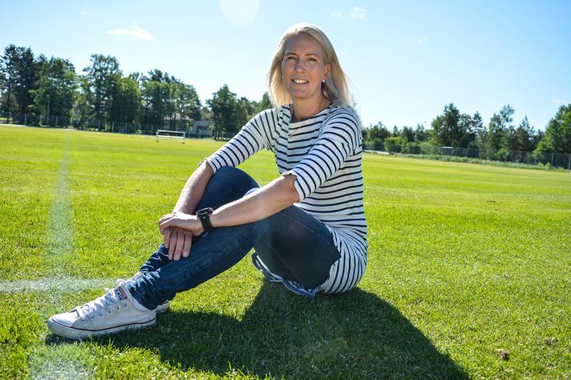 -Onpa siitä pitkä aika, kun olen viimeksi käynyt täällä, toteaa Lina Lehtovaara, jonka kansainvälinen jalkapalloerotuomariura sai alkunsa näillä Santahaan kentillä.