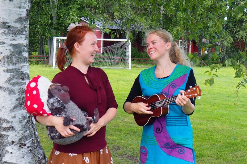 Ohjaajat Aino Viren ja Minna Porthén pitävät kesämusarallin vetämisestä lapsille.