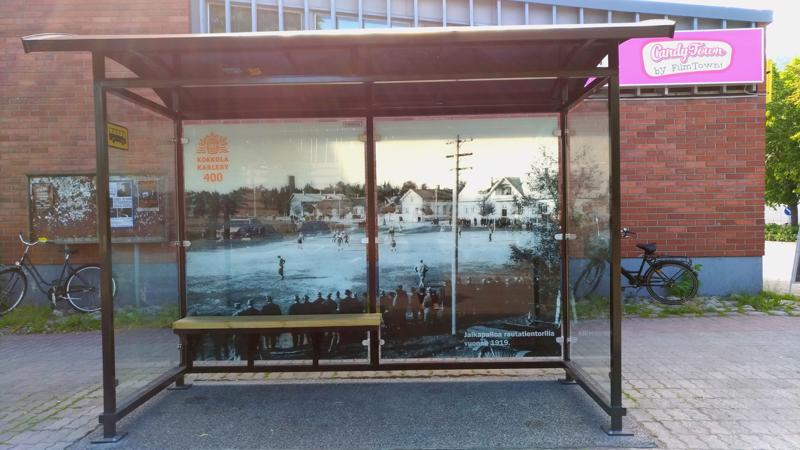 Linja-autoasemalla sijaitsevassa katoksessa komeilee maisema vuodelta 1919, jolloin rautatientorilla pelattiin jalkapalloa.