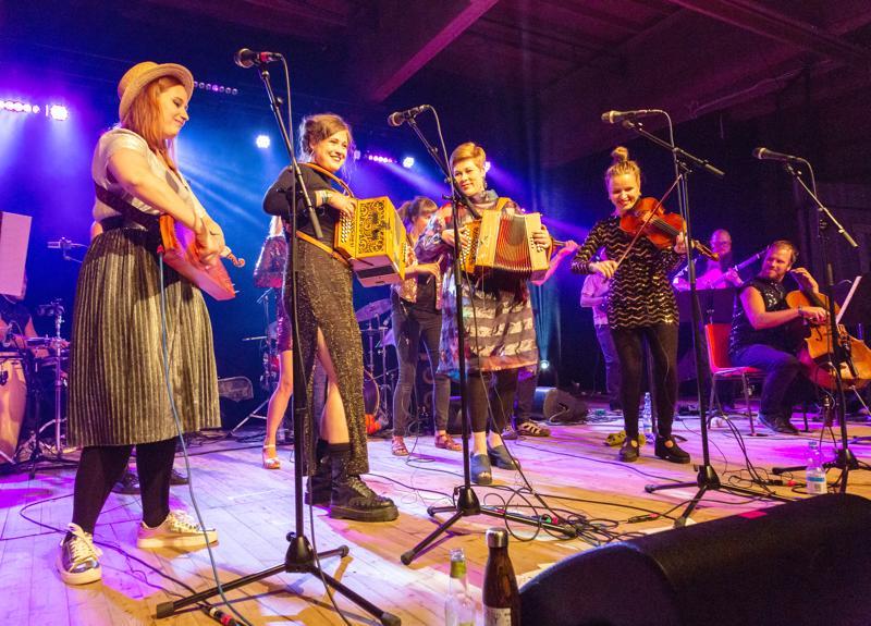 Kaustisen kansanmusiikkijuhlien ohjelmassa on tänä vuonna noin 1600 tilaisuutta. Kuvassa Folk All-In Band feat Enkel viime vuoden festivaaleilla.
