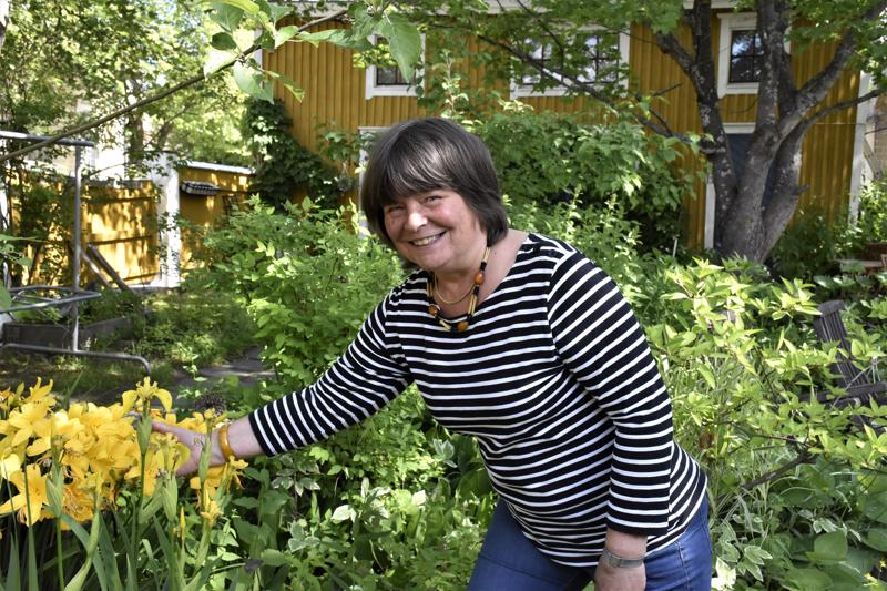 Radiotoimittajan virasta eläkkeelle siirtynyt pietarsaarelainen Ritva Karhula harrastaa nykyään ahkerasti puutarhanhoitoa.
