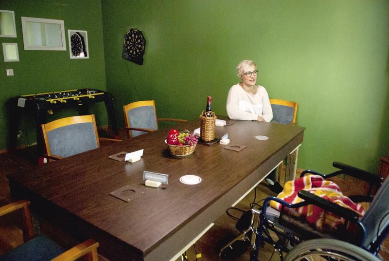 Illallinen on jäänyt kesken Motel Sokojassa murhan vuoksi. Motellin sisustus on juuttunut 70-luvulle, vaikka itse pelissä ollaan nykyajassa. - Pakopelin rakentaminen on ollut todella hauskaa! sanoo Heidi Kerola.