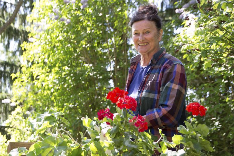 Eeva-Maija Haukinen ja lapsuudenkodin pelargonit.
