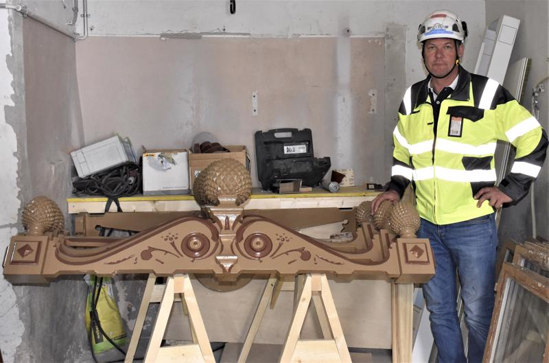 Pedecon Oy:n toimitusjohtaja ja rakennuspäällikkö Petri Keski-Kuru sanoo, että kaikkia rakennuksen koristeita ei voida korjata, jolloin tilalle tehdään vastaavanlaiset uudet koristeet.