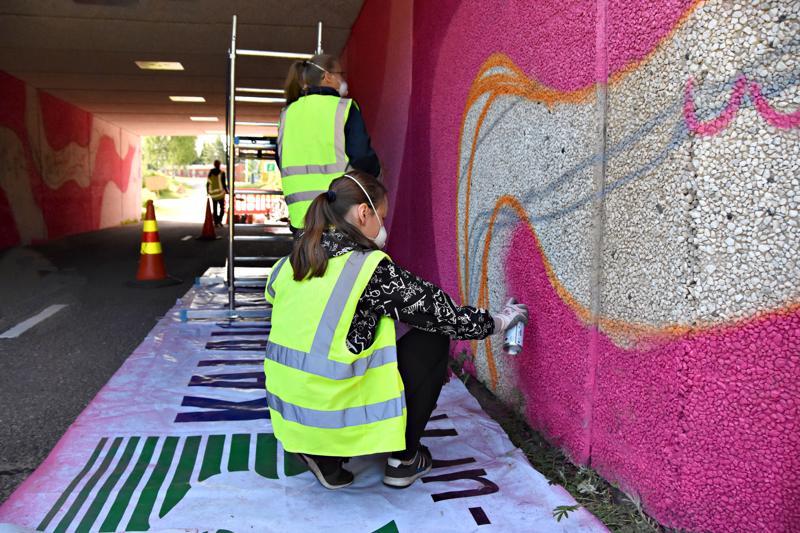 Eerika Hyväri, Aada Poikkimäki ja Riina Ruuska maalaavat tunnelit valmiitten mallien pohjalta.