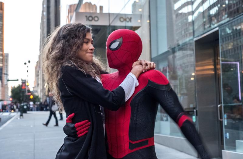 Peter Parker (Tom Holland) ja MJ (Zendaya) saattelevat kesäromanssiaan alulle.