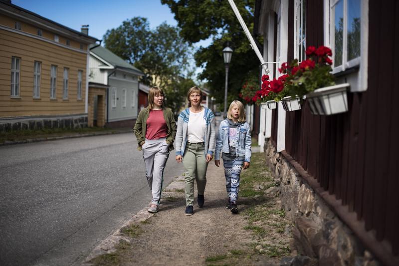 Lena Hartvigsen tutustui lastensa Karitan ja Madelenin kanssa Kokkolan keskustassa sijaitsevaan vanhaan kaupunginosaan Neristaniin.