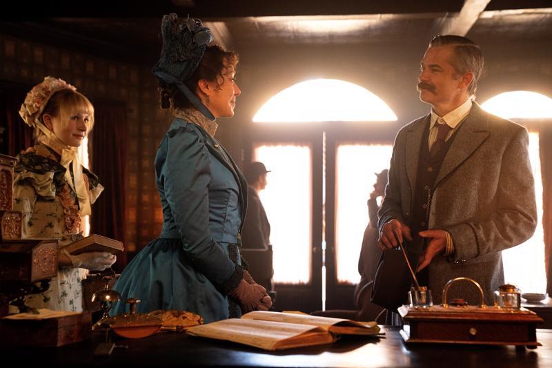 Vanha suola janottaa. Kaupunkiin palaavat naiset kohtaavat Deadwoodin sheriffin. Lily Keene, Molly Parker ja Timothy Olyphant.