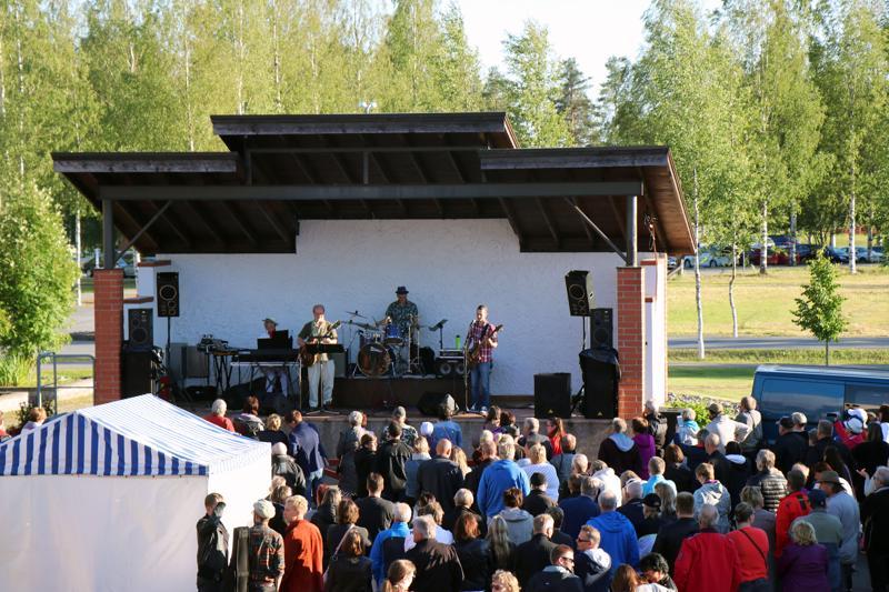 Raivaajarock keräsi väkeä Harjutorille. Kuvassa lavalla Jouko Saaren yhtye.