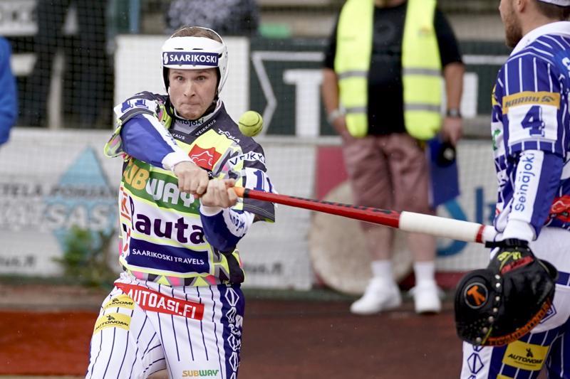 Peräti kymmenen juoksua sivaltaneen Perttu Ruuskan maila kävi kuumana miesten arvo-ottelussa.