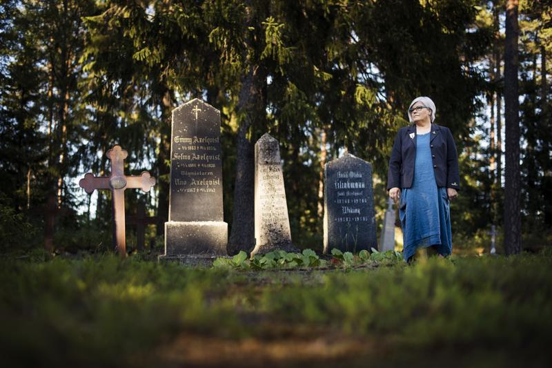 Kokkolan kaupunkiopas Kristiina Teerikangas tietää, että hautausmaakierros on monelle hiljentymisen, rauhoittumisen ja pohtimisen paikka.