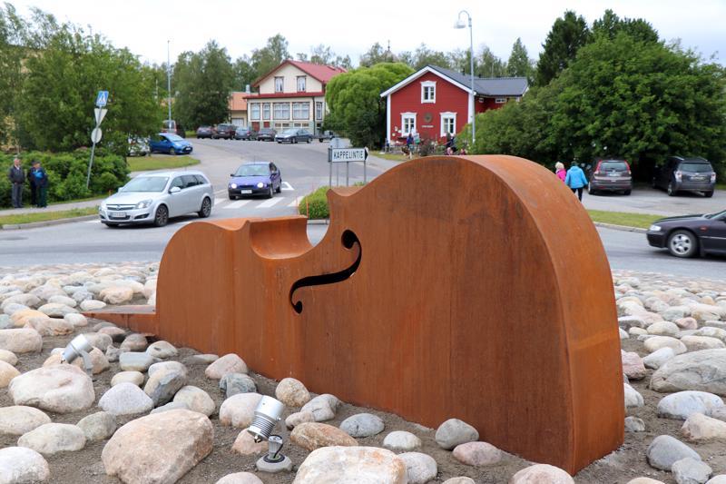 Kuvataiteilija Jaakko Valon suunnittelema Jupet!-viuluveistos sijaitsee Kaustisella niin sanotussa Kappelin liikenneympyrässä. Taustalla mäen päällä näkyy Santerin kahvila.