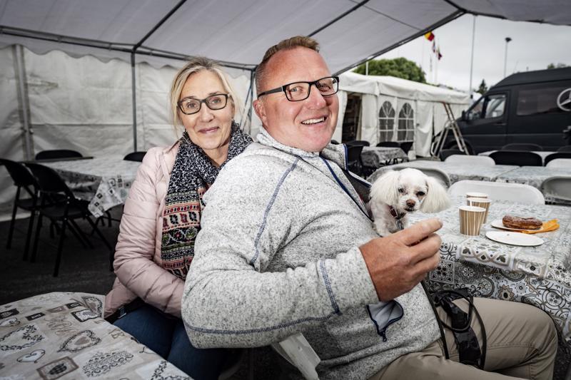 Kaisa ja Jukka Kiiveri päätyivät Kaustiselle karavaanari-reissullaan. Mukana matkaa Iines-koira.