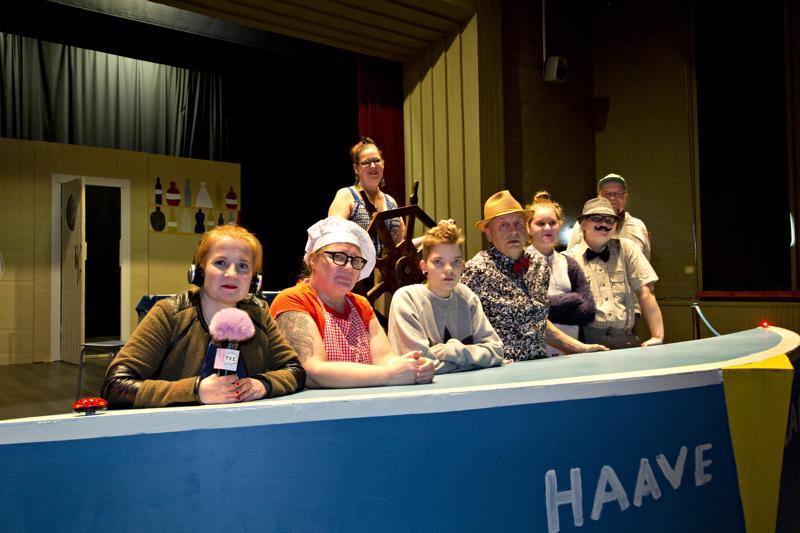 Kesäteatteriesityksen työryhmä, vasemmalta lukien Ulla Pavloff, Tuula Laukkanen, Jenni Ojala, Veijo Korpi, Emmi Herrala, Sanna Järvenpää, Tapio Renfors ja ruoria pitelee Anu Herrala.