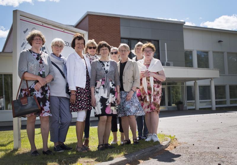 Ompelijalinjan opiskelijat astelivat viimeksi 50 vuotta sitten Nivalan ammattiopiston pääovista.  Anna-Maria Mattila (vas.), Leena Tolonen, Anna-Liisa Hakala, Anja Visuri, Pirkko Salo, Kaija Malila, Marja-Leena Löytynoja, Maritta Kiiskilä ja Anna-Liisa Ojala.