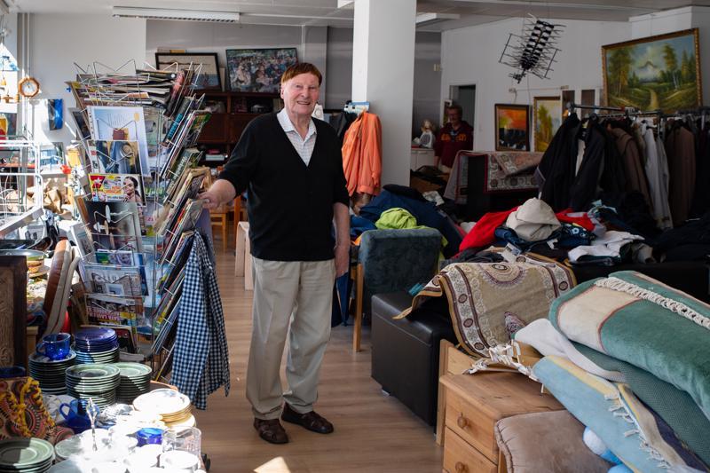 Lauri Salonkosken kirpputorilla on myynnissä muun muassa astiastoja, mattoja, kirjallisuutta, taidetta sekä huonekaluja.