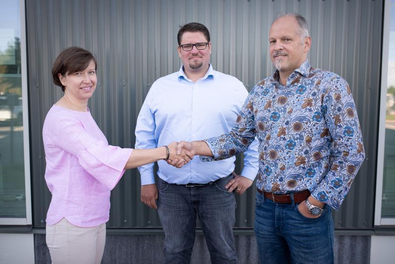 Tracegrow Oy:n toimitusjohtaja Mikko Joensuu (kesk.) ja hallituksen jäsen Petri Huhtala (oik.) toivottavat Kaisa Hietalan tervetulleeksi yhtiön hallituksen puheenjohtajaksi.