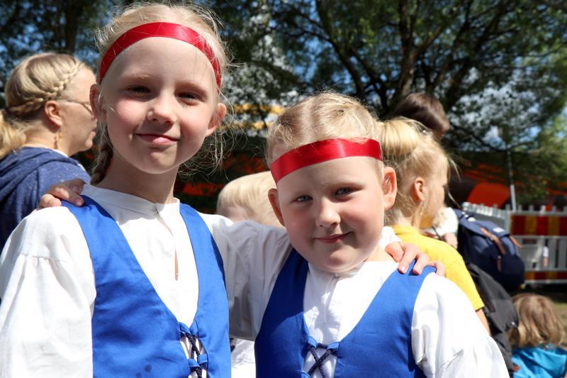 Emilia ja Nelli esiintyivät tiistain lastenpäivänä Miniottosissa.