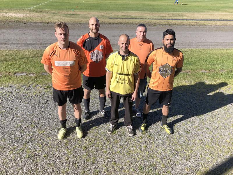 FC Sääripotkun eri peliasut kausina 2004-2018, esittelijöinä Jonne Asplund (vas), Jyrki Övermark, Miika Rantala (seuran ensimmäinen asu), Niklas Wikström, Alex Garzon (joukkueen kapteeni kaudella 2019).