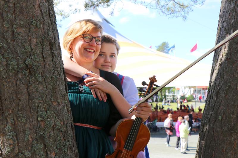 Laura Kangas ja Alma-tytär nauttivat joka hetkestä festivaaleilla.