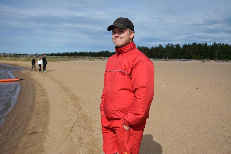 Uimavalvoja Kalle Hedman tähyilee tyhjää rantaa kohti Vanhansatamanlahdella. Uimavedet ovat hyvässä kunnossa, mutta viileys pitää uimarit poissa. -Muutama lapsiperhe on maksimissaan ollut kerrallaan uimassa, Hedman kertoo.