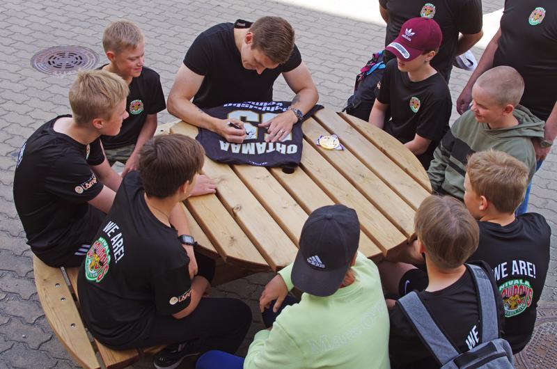 Atte Ohtamaa kirjoitti nimensä Kärppä-paitaan, jonka saa Nivala Cowboysin 06-ikäluokan ensi kauden paras pelaaja.