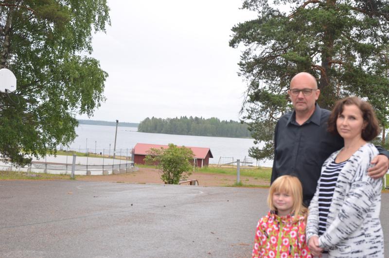 Hieno paikka. Lestijärven koulu rakennetaan hienolle paikalle järvimaisemaan. Kunnanhallituksen puheenjohtaja Jukka-Pekka Tuikka, Janika-vaimo ja heidän tyttärensä Janette, joka on tulossa eskari-ikään, ihastelivat paikkaa.