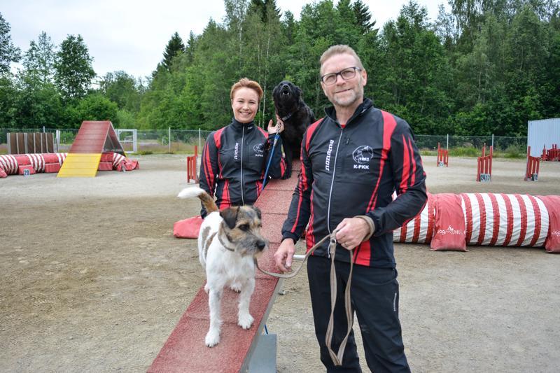 Tiina Aspegrén ja Elma sekä Antti Harinen ja Weikko pääsevät itsekin starttaamaan viikonloppuna järjestettävissä kilpailuissa.