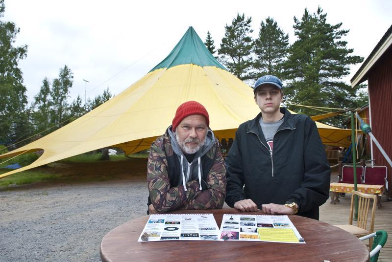 Tommi Lahtonen sanoo, että sää on tapahtuman suurin vihollinen ja suurin ystävä. Sääsuojaa antaa tapahtumille tänä vuonna Sydvesti-teltta. Kesätyöntekijä Reima Lahtonen auttaa tapahtuman järjestelyissä.