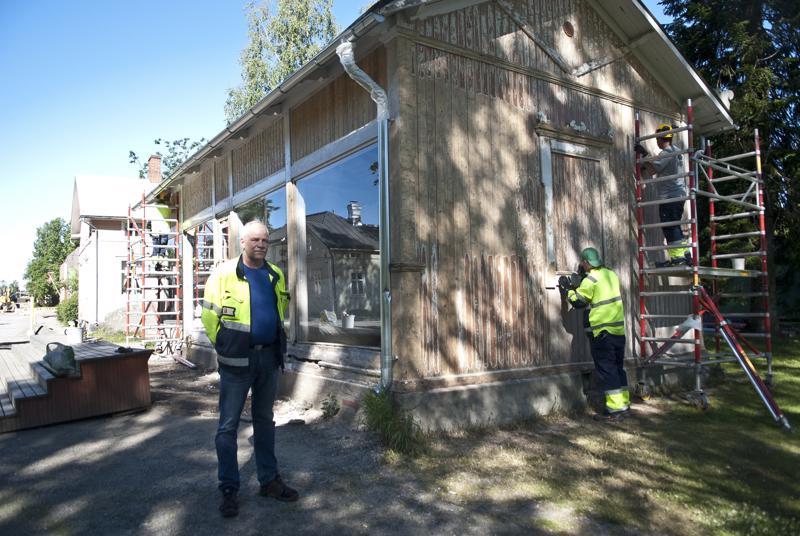 Kaupungin työsuunnittelija Esa Ahola kertoo, että uuden maalipinnan lisäksi venehuoneelle rakennetaan uudet portaat.