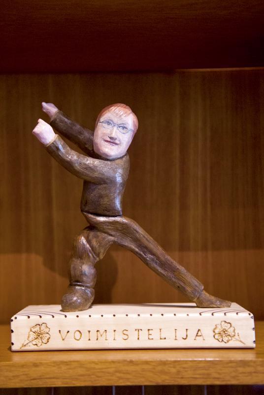Näyttelyssä on esillä lukuisia Lauri Mäkisen julkkisaiheisia puuveistoksia, kuten esimerkiksi voimisteleva Tarja Halonen.