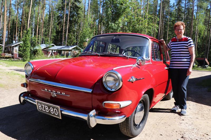 Rikka-Liisa Rantamäki ja Skoda 1000 MB vuodelta 1968.