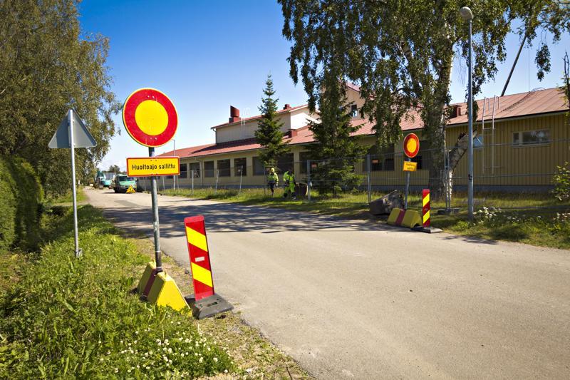Koulupolulle Pohjankyläntien liittymän päähän asetetut liikennemerkit kieltävät kaiken ajoneuvoliikenteen Koulupolulla huoltoajoa lukuunottamatta.