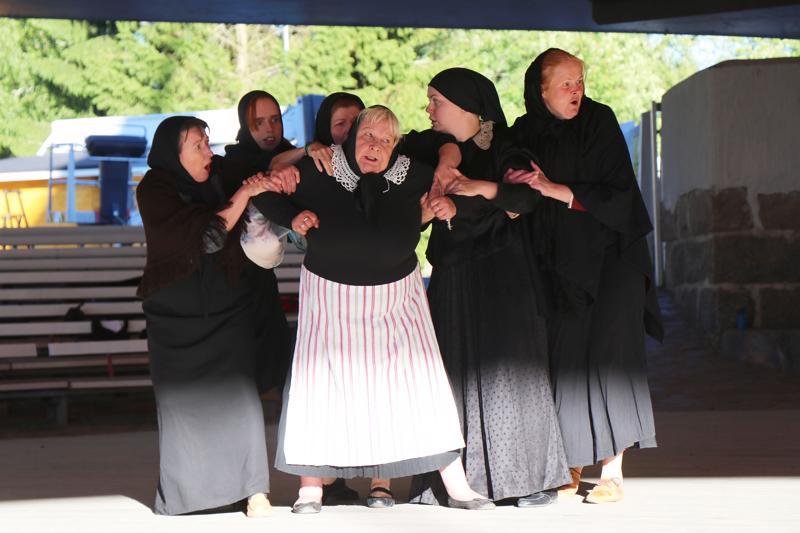 Kaustisen Mysteerio nähdään festivaaleilla kavalkadiversiona. Kuva esityksen pukuharjoituksista.