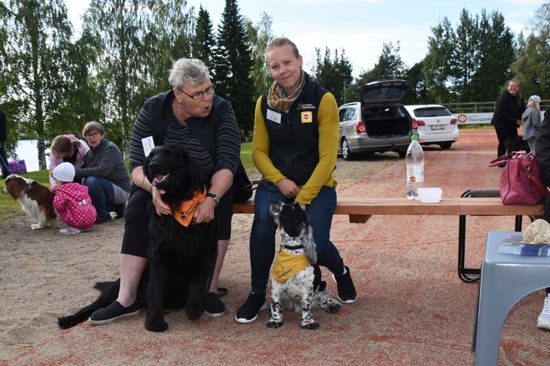 Marjatta Tiitto ja Iida Nivala toivat Teepiknikille kaverikoiransa Busterin ja Cecin. Busterilla oli vain se ongelma, että se pitää Cecistä hieman liian paljon.